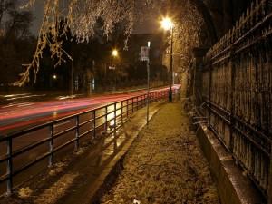Calle vacía en la noche