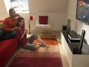 Pareja en una sala de estar mirando la televisión