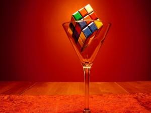 Cubo de Rubik en una copa de cristal