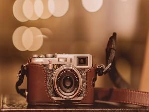 Cámara de fotos en una funda de cuero