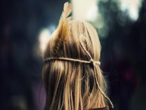 Chica con una pluma en el pelo
