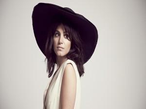 Bella chica con sombrero