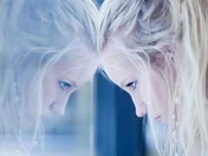 Chica reflejada en una ventana