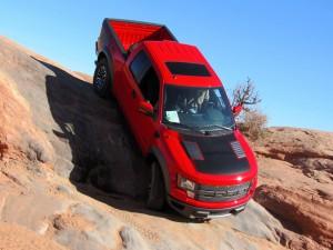 Ford F-150 SVT Raptor bajando una pendiente de piedra