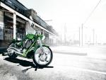 Una moto Victory Jackpot de color verde