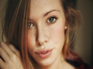 La mirada de una chica guapa