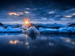 Bloques de hielo iluminados por los rayos de sol