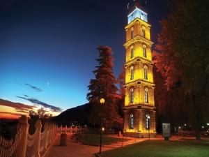 Torre iluminada en la noche (Bursa, Turquía)