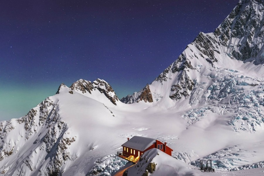 Refugio en las montañas nevadas