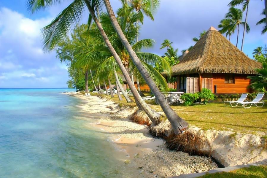 Casas a orillas del mar en la Polinesia