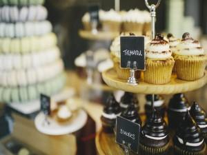 Deliciosos cupcakes en una vitrina