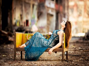 Chica descansando en un sofá