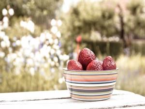Un cuenco con fresas maduras