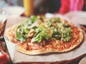 Hojas de lechuga sobre una pizza