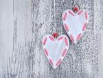 Dos corazones colgados en una madera