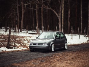 Volkswagen Golf Mk4 en un bosque nevado