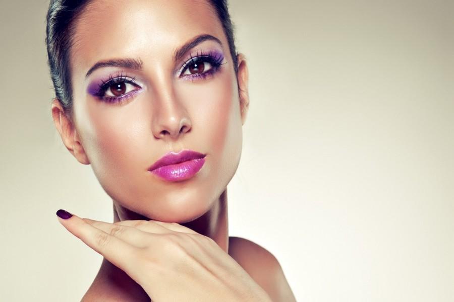 Chica con un bonito maquillaje púrpura