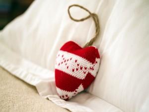 Corazón de lana sobre la cama