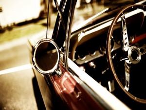Volante y espejo de un coche antiguo