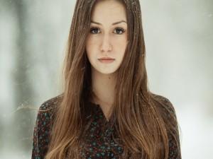 Copos de nieve en el pelo de una chica