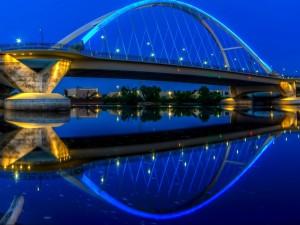 Puente iluminado sobre el río Mississippi (Minesota)