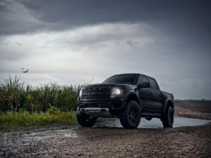 Ford Raptor en un día lluvioso