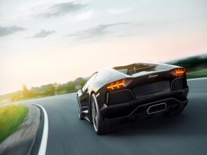 Lamborghini circulando por una carretera