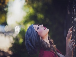 Una guapa chica con gorro de lana