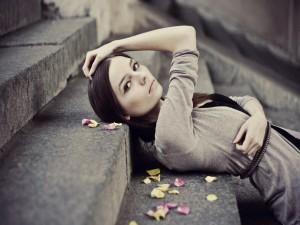Chica tumbada en unas escaleras