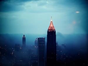 Edificios de Atlanta entre la niebla