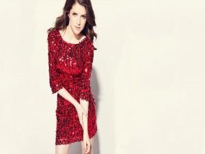 Anna Kendrick con un bonito vestido rojo