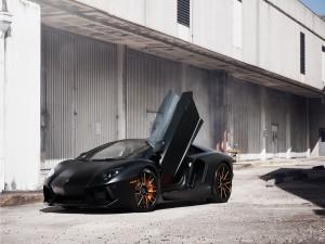Lamborghini Aventador con una puerta abierta