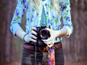 Chica sosteniendo una cámara de fotos Canon