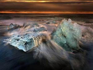 Las olas del mar contra el hielo