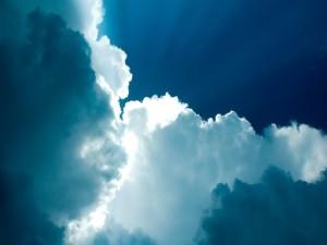 Los rayos del sol sobre las nubes