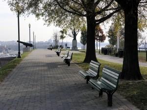 Pequeña plaza con un monumento