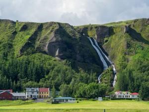 Cascadas que descienden de las montañas en Islandia