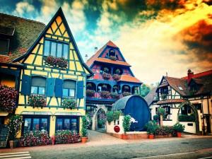 Puesta de sol en un pequeño pueblo de la región de Alsacia (Francia, Europa)
