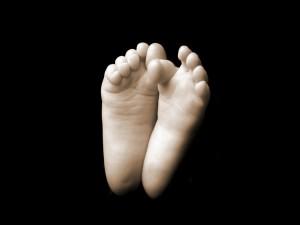 Pequeños pies en fondo negro