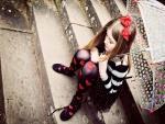 Niña sentada en las escaleras sosteniendo un paraguas