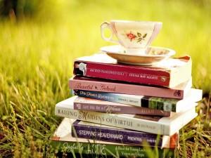 Taza de té sobre unos libros