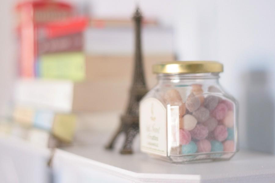 Bote de caramelos en una estantería