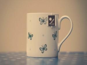 Una bonita taza de té con mariposas