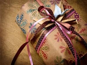 Regalo envuelto con bonitos lazos y origamis
