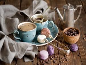 Macarons de varios sabores junto a unas tazas de café
