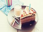 Una rica porción de tarta junto a un vaso de leche