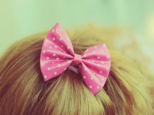 Lazo rosa en el pelo de una niña