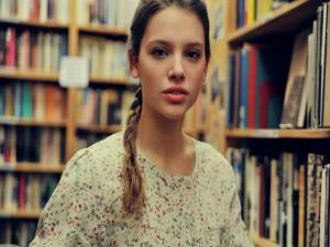 Chica en una biblioteca