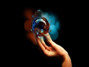 Bola en la mano rodeada de mariposas