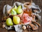 Peras junto a un tarro de miel y unas lonchas de jamón